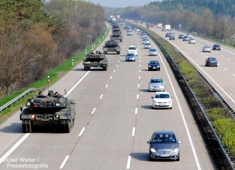 Kolonne Kampfpanzer Leopard 2 auf der A7 bei Schwarmstedt