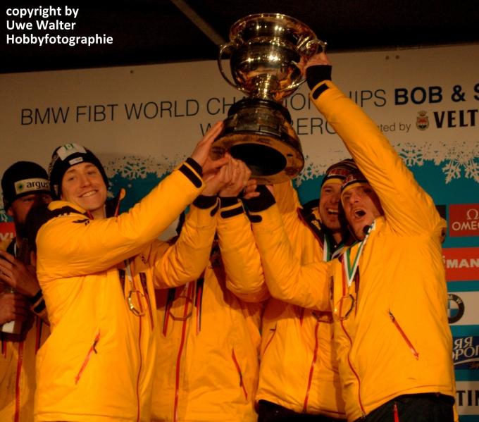 der Vierer mit WM-Pokal