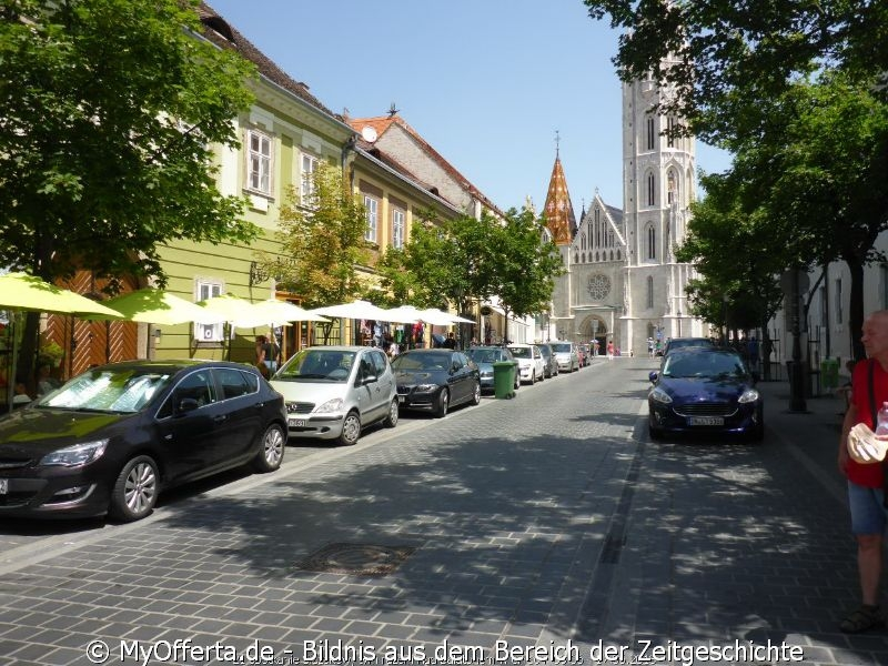 Am hügeligen Westufer der Donau liegt das ehrwürdige Buda.