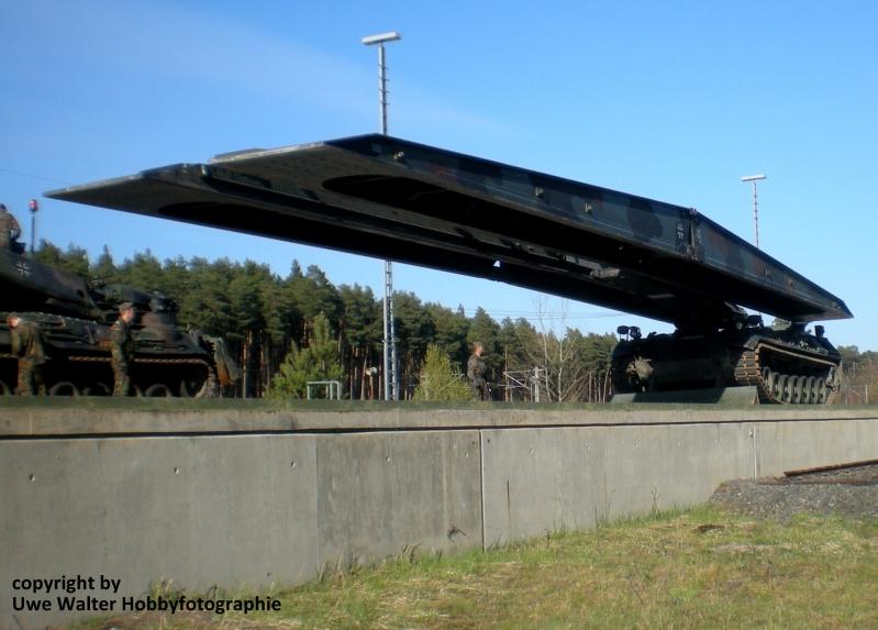 Panzerschnellbrücke Biber mit ausgefahrener Brücke