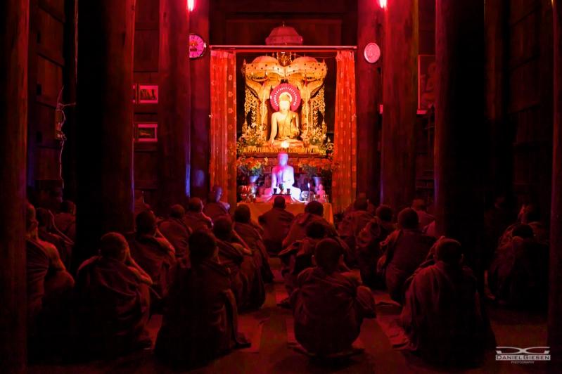 Mönche beim Abendgebet in Mandalay