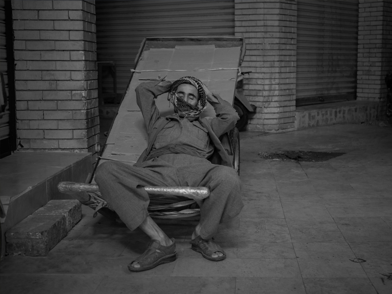 An elderly man came to work early in the morning in the city of Erbil